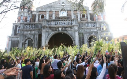 PALM SUNDAY. Devotees wave their palaspas during the observance </br> of Palm Sunday at the Immaculate Conception Church in Dasmariñas, Cavite </br> on Sunday (April 14, 2019). In the Christian tradition, Palm Sunday is the first day </br> of Holy Week which commemorates Jesus' triumphant entry into Jerusalem. </br> (PNA File photo by Avito C. Dalan)